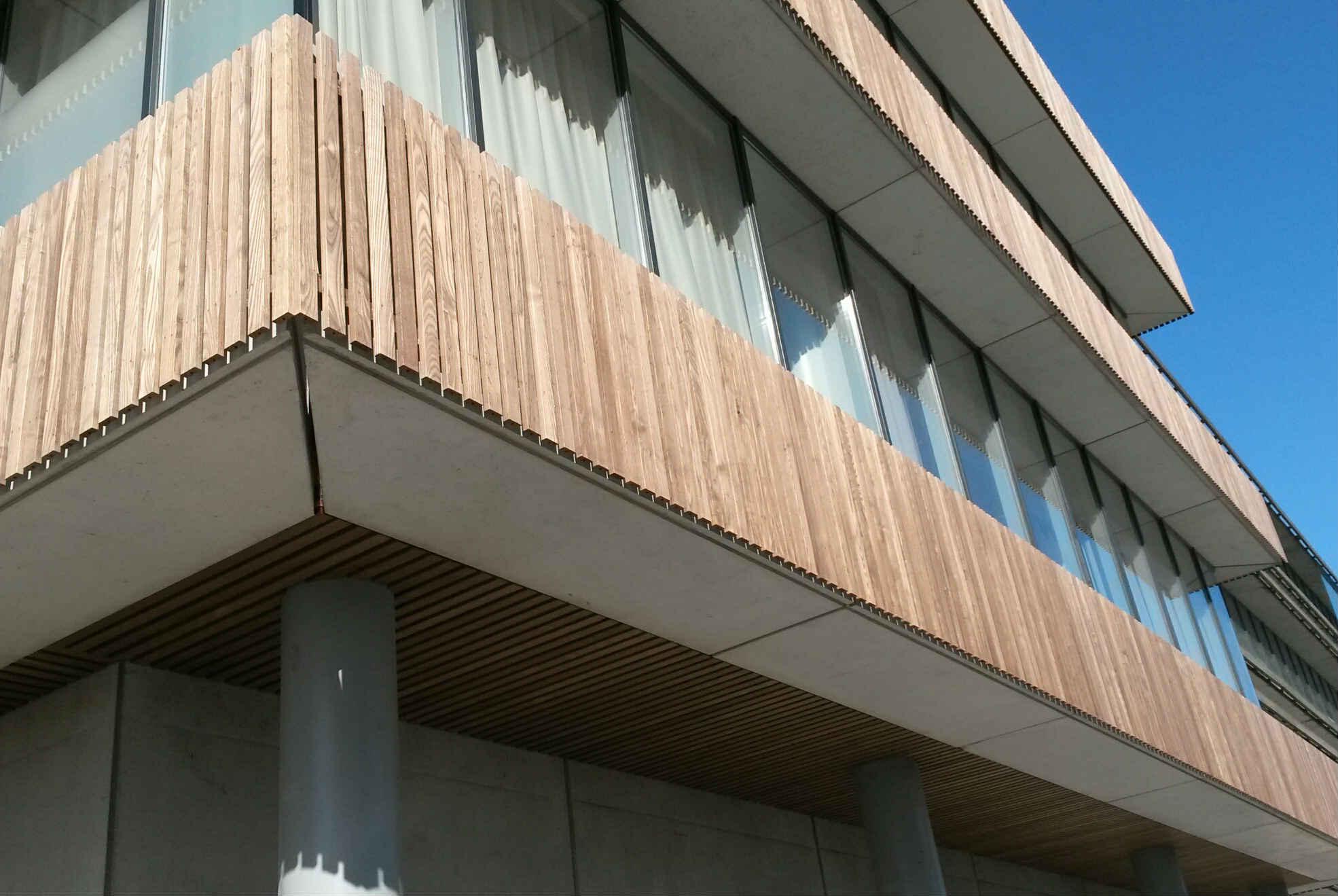 plaatsen van gevelbekleding in houten lamellen thermo essen